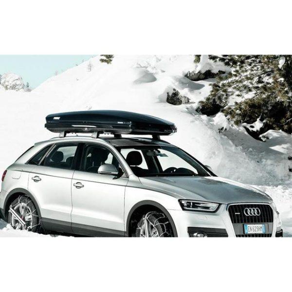 Автобоксът Thule Dynamic M е отличителен, модерен, нисък, нов, аеродинамичен, тих и спортен багажник в черен гланц за автомобил, кола за багаж ски сноуборд