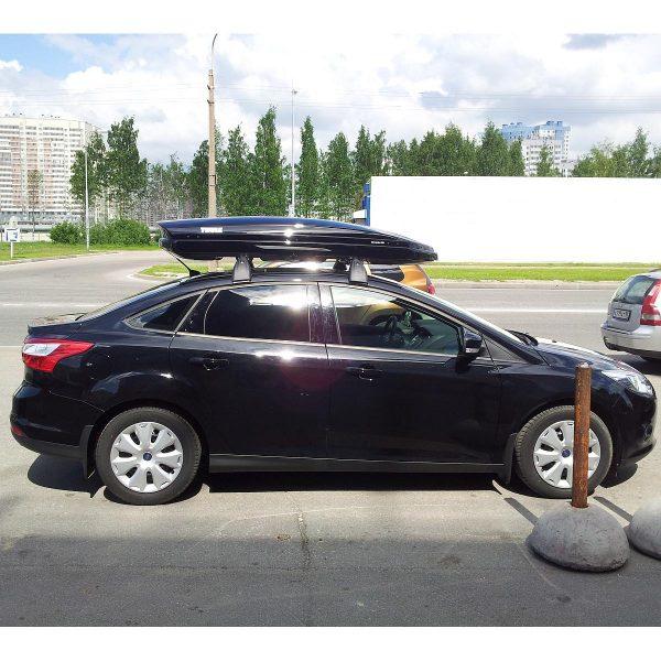 Автобокс Thule Dynamic M монтиран на Ford Focus 3 -  един отличителен, модерен, нисък, нов, аеродинамичен, тих и спортен багажник в черен гланц за автомобил, кола за багаж ски сноуборд