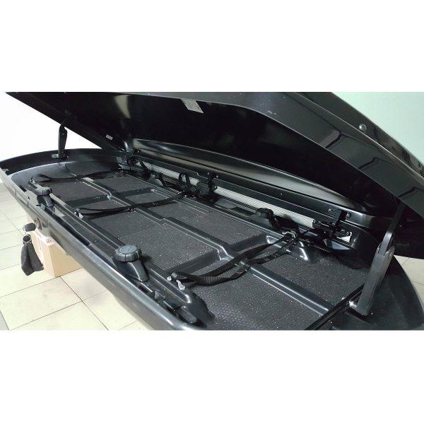 Автобоксът Thule Dynamic L е отличителен, модерен, нисък, нов, аеродинамичен, тих и спортен багажник в черен гланц за автомобил, кола за багаж ски сноуборд