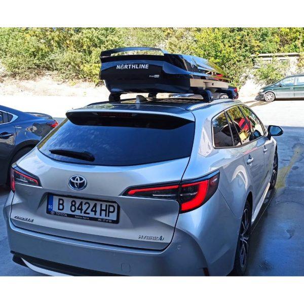 Toyota Corolla 2019 с черни Thule Wingbar Edge Flush Rails Багажник Автобокс Northline Tirol 420 черен е тих луксозен красив и подсилен за ски модерен дизайн голям обем перфектна аеродинамика