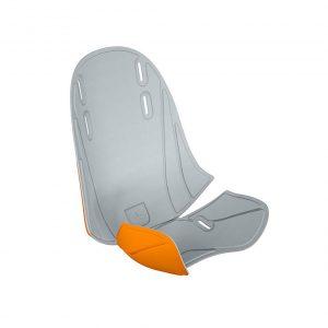 Мека и удобна за пътуване подложка Thule RideAlong Mini Padding с две лица в светло сиво и оранжево се монтира на детското столче за кормило Туле