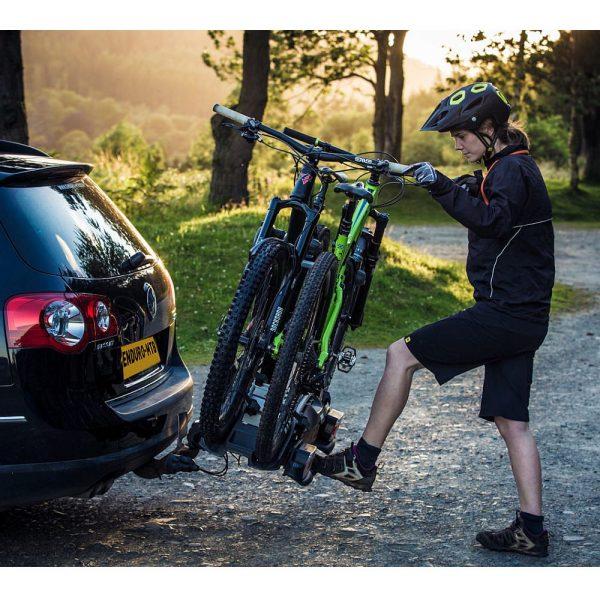 Вело багажник Thule VeloCompact 2 925 е здрав, сигурен, стабилен, масивен и лесен за използване багажник за теглич със заключване, сгъваем малък за пренасяне
