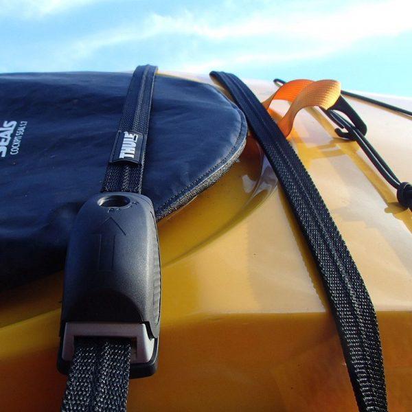 Заключващ колан за каяк Thule Lockable Strap 841 за заключване на вашия каяк към багажника или напречните ви греди, подсилен със стоманена жица.
