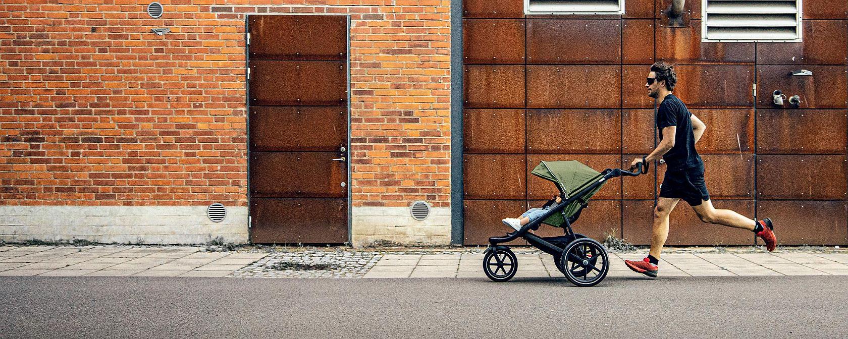 Спортна детска лятна количка за джогинг Thule Urban Glide 2 в за бягане с помпащи се гуми, маневрена, високо проходима с допълнитела спирачка за контролиране на скоростта, сгъваема заемаща малко място при съхранение и транспортиране.