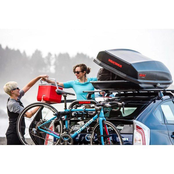 Багажник Автобокс Yakima SkyBox черен е тих луксозен красив и спортен багажник - голяма кутия за ски багаж модерен дизайн голям обем перфектна аеродинамика