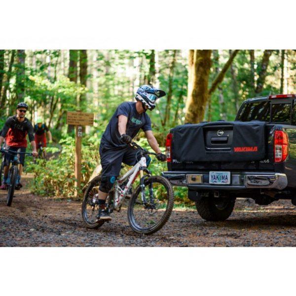Вело багажник за пикап Yakima GateKeeper MD подходящ за до 5 колела с монтаж на карго вратата на truck - пикап, подложката от мек плат за задната врата на товарното отделение.